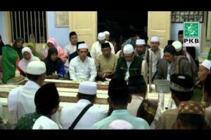 Pengurus DPP PKB dan puluhan Kiai dalam rangkaian Ziarah Wali Songo di makam Syaikh Ahmad Pekalongan, Jateng