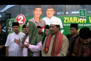 Pengurus DPP PKB dan Puluhan Kiai dalam rangkaian Ziarah Wali Songo di makam Sunan Drajat Lamongan, Jatim