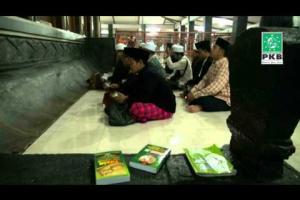 Pengurus DPP PKB dan puluhan Kiai dalam rangkaian Ziarah Wali Songo di makam Sunan Kali Jaga Demak Jateng