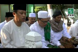 Pengurus DPP PKB dan puluhan Kiai dalam rangkaian Ziarah Wali Songo di makam Sunan Ampel Surabaya, Jatim